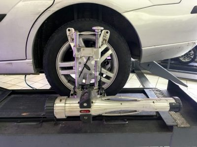 Wheel_alignment_on_a_Ford_Focus_1